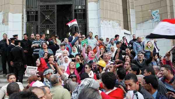 Manifestation dénonçant le pouvoir renforcé de Morsi