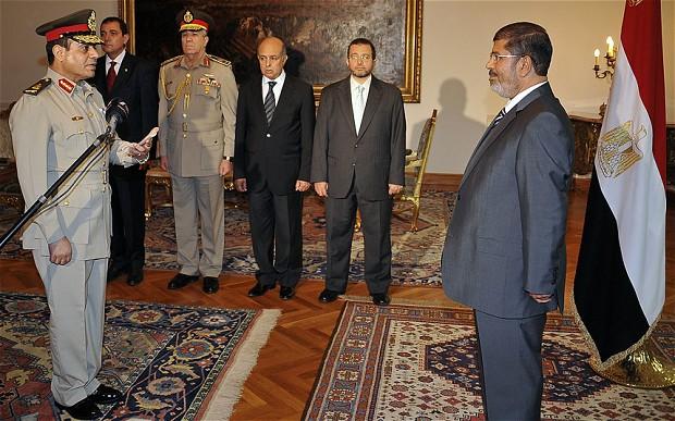 Le premier ministre Morsi avec le nouveau ministre de la Défense Lt Général Abdel-Fattah el Sissi