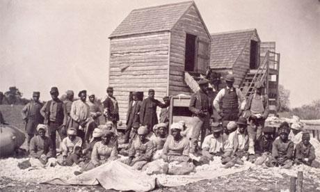 Des esclaves noirs qui se sont échappés en Caroline du Sud et cultiventdu coton pour eux (autour de 1862-1865)