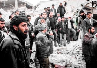 Bombardements, à Douma, le 29 décembre 2012,alors que secours est apporté à des survivants