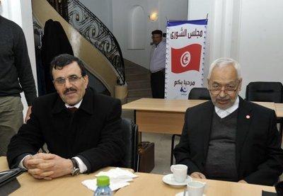 Le chef du parti islamiste Ennahda, Rached Ghannouchi (d) et le ministre de l'Intérieur d'alors, Ali Larayedh (g), le 22 février à Tunis