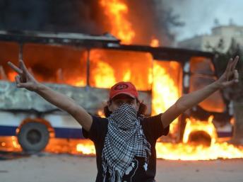 Le 22 mars 2013: un autobus des Frères musulmans en feudevant le siège de la confrérie.