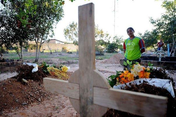 Des tombes de paysans assassinés...au Brésil.