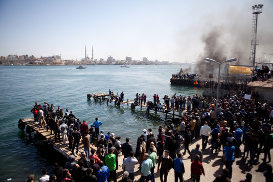 1845908_5_72d1_des-habitants-de-port-said-protestent-contre-la_881d2a40bee32e055315c780e9602df3
