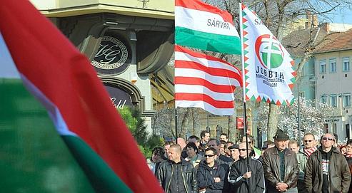 Rassemblement du Jobbik avec la bannière blanche et rouge de la dynastie Arad qui a régné de 861 à 1301