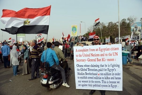 574758_des-manifestants-devant-le-siege-des-frere-musulmans-au-caire-le-15-mars-2013