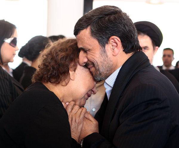 Le président Mahmoud Ahmadinejad offre se condoléances à la mère d'Hugo Chavez, Elena Friaz de Chavez, lors des funérailles.