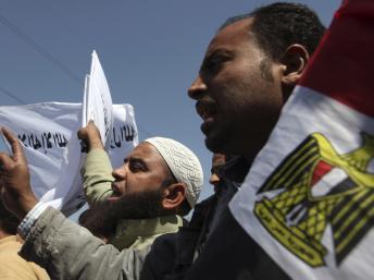Un manifestant pro-Morsi devant le siège des médiasle 24 mars 2013