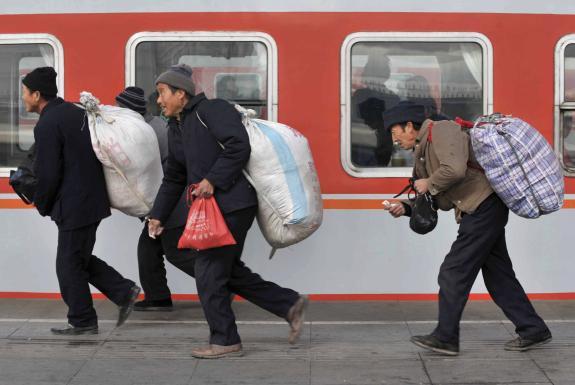 Les travailleurs migrants qui s'apprêtent à prendre le train