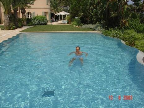 Août 2003: Jean-François Coppé dans la piscine de Ziad Takiedine au Cap d'Antibes