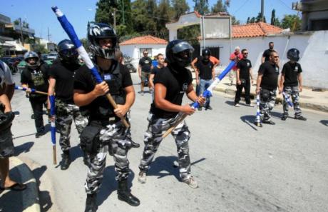 Des membres d'Aube Dorée «faisant la police»