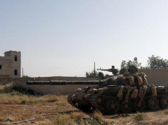 Tanks syriens, le 25 mai 2013, devant Al-Qousseir