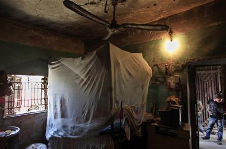 Khadra Mohamed, 52 ans, vit dans cette maison (intérieur)  avec 19 autre personnes de sa famille à Geizirat al-Fadel,  à 150 km à l'est du Caire (photo du 17 mai 2013)