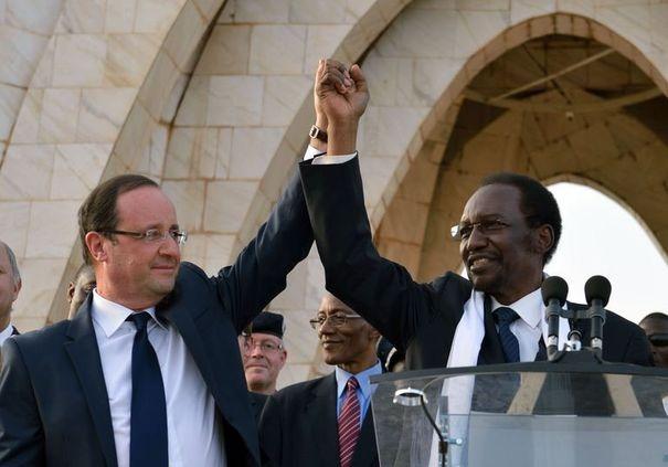 Hollande et le président par intérim Diocounda Traoré