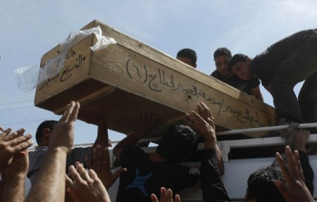 Un cercueil transporté suite à une explosion à Najaf,  au sud de Bagdad, le 27 avril 2013