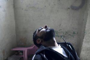 Un combattant de la Brigade Tahrir al-Sham, frappé par les gaz   chimiques, le 16 avril 2013 (Le Temps, Laurent Van der Stockt)