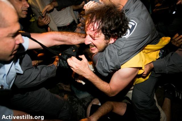 Manifestant arrêté devant la maison de Silvan Shalom (ministre)