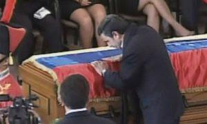 Mahmoud Amadinejad embrassant le cercueil de Chavez