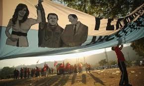 Une banderole qui «parle»: C. Kirchner, Chavez et Péron