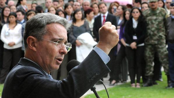 Uribe: l'appui aux seigneurs de la terre et la guerre  aux FARC