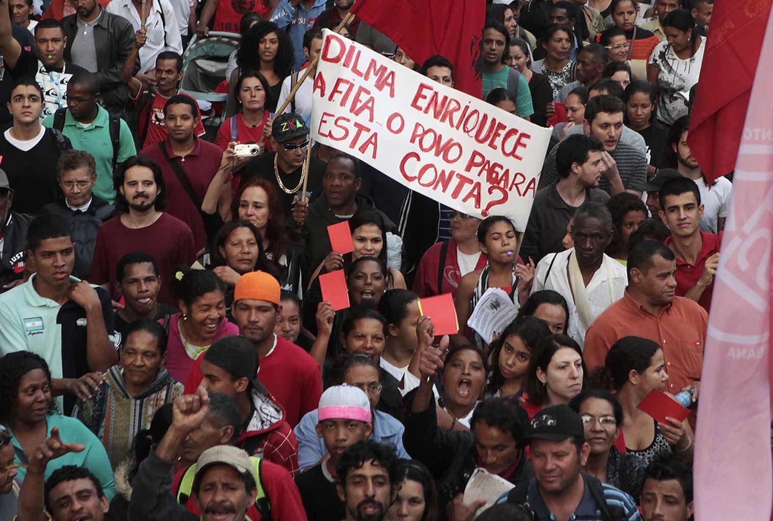 2013-06-14T225214Z_1233842448_GM1E96F0IYH01_RTRMADP_3_BRAZIL-PROTESTS