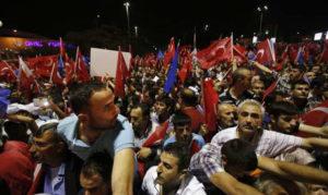 Les militants de l'AKP attendent Erdogan