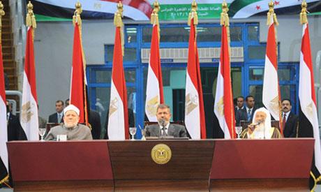 Morsi se met en scène, lors d'un meeting, le 15 juin 2013, au Caire, pour un soutein à l'opposition à Assad en Syrie, entouré de membre du «clergé» sunnite. Photo diffusée par les services de la Présidence.