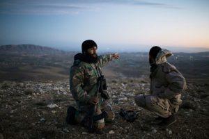 Hosh Arab, le 27 mars. Abou Qousay, commandant de la katiba locale, montre des bases de l'armée syrienne. Au loin, Damas. Laurent Van der Stockt pour Le Monde