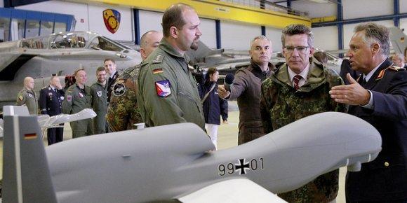 Le modèle de  drone Euro-Hawk présemté au ministre de la Défense,  T. de Maizière
