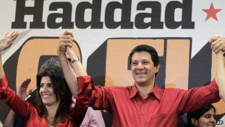 Fernando Haddad, du Parti des Travailleurs, maire de São Paulo, ancien ministre de l'Education de 2005 à 2012. Elu maire en fin 2012, avec 56% des voix contre 44% à Jorge Serra