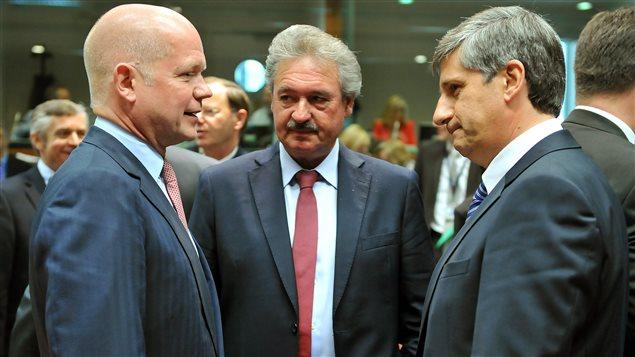 Le ministre des Affaires étrangères de la Grande-Bretagne, William Hague (à gauche), avec ses homologues du Luxembourg d'Autriche
