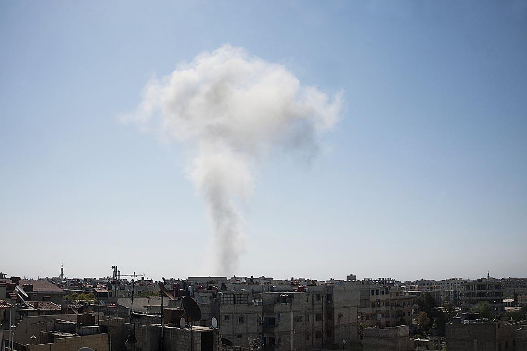 Banlieue de Damas, 28 avril. Au loin, explosion d'une bombe larguée  par un avion de l'armée syrienne. (Laurent Van der Stockt)