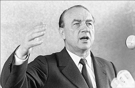 Raymond Marcellin, en février 1971. Il cible la gauche radicale, mais pas le trafic de drogue... il devra changer après que le DEA américaine l'a «rappelé à l'ordre»... because la «French connection»