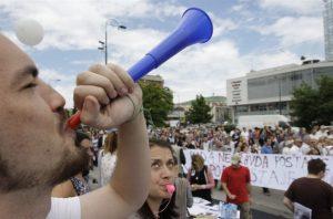 Plusieurs milliers – le double de la veille – sont descendues dans la rue à Sarajevo, mardi 11 juin,  pour revendiquer la fin des «querelles ethniques» manipulées et utilisées par les dirigeants politiques.  La police a interdit une manifestation étudiante le mercredi 12 juin 2013.