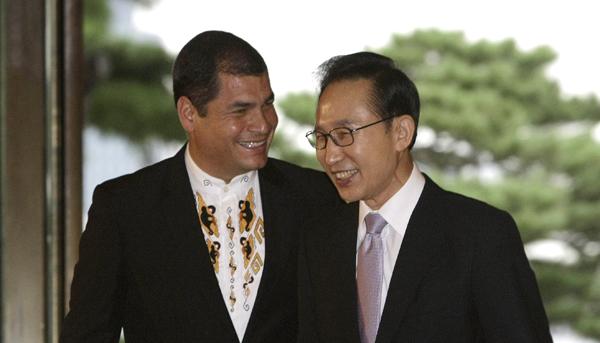 Le président Correa en discussion avec son homologue de Corée du Sud Lee Myung-bak