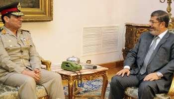 Abdel Fattah al-Sissi et Mohamed Morsi, le 13 avril 2012, au Caire