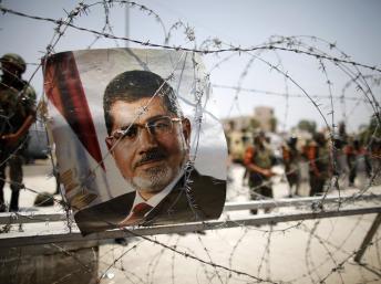 Un symbole: le protrait de Morsi dans les barbelés protégeant la Garde républicaine
