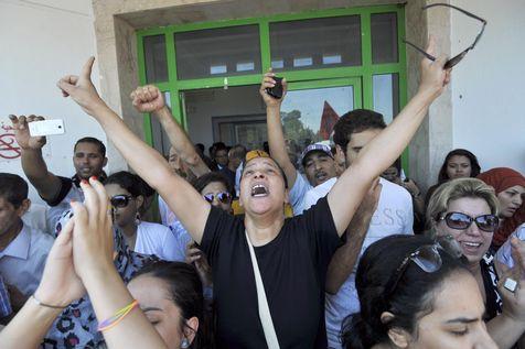 L'avocate et opposante tunisienne Leïla Ben Debba, hier, devant un hôpital, après  l'annonce de l'assassinat de Mohamed Brahmi.