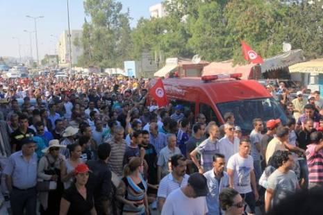 La dépouille de Mohamed Brahmi conduit à l'hôpital pour préparer ses funérailles