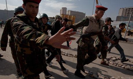L'armée arrête des manifestants le 9 février 2011 et les torture