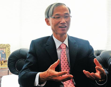 L'ambassadeur  Young-wook Chun s'entretient avec le quotidien bolivien  La Razon, en septembre 2012, à propos des lois à changer pour sécuriser les investissements de la Corée du Sud en Bolivie