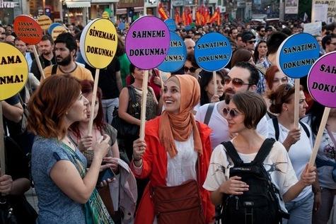 La «République libre de Taksim». Les manifestants brandissent des pancartes «ne touche pas à mon cinéma», « ne touche pas à mon art» ou encore «ne touche pas à mon style de vie»,  sur la place Taksim à Istanbul le 7 juin 2013.