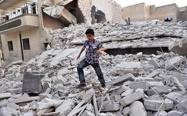 Un enfant dans les ruines de Ma'arrat al Numa le 17 octobre 2012