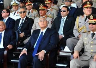 Photo diffusée par le Présidence égyptienne, avec le président par intérim Adly Mansour, le premier ministre Hazemn al-Beblawi et le ministre de la Défense, le général Abdel Fattah al-Sissi, le 22 juillet lors d'une cérémonie dans la base militaire à l'est du Caire