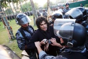 Le professeur de Droit de l'USP, Jorge Luis Souto Maoir, en «débat» avec la police