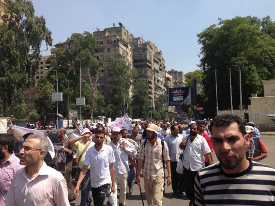 Manifestation de pro-Morsi vers l'Université du Caire aux alentours 14 h.  Ils sont très peu nombreux.