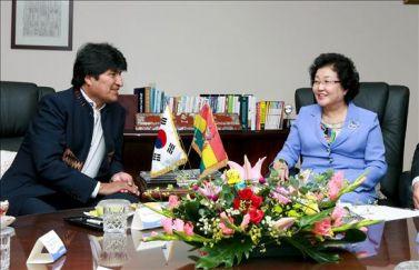 Evo Morales et son gouvernement accordent un meilleur accès aux réserves de lithium à la Corée du Sud. Le 26 août 2010,  Morales a visité diverses firmes lors de son voyage en Corée du Sud