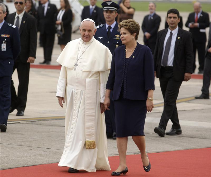 Le pape François accueilli par la présidente brésilienne Dilma Rousseff à son arrivée à Rio de Janeiro