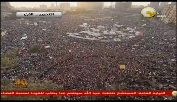 18 h 15, la place Tahrir est pleine pour le 3ème jour consécutif. Les gens chantent «il va partir, nous resterons»