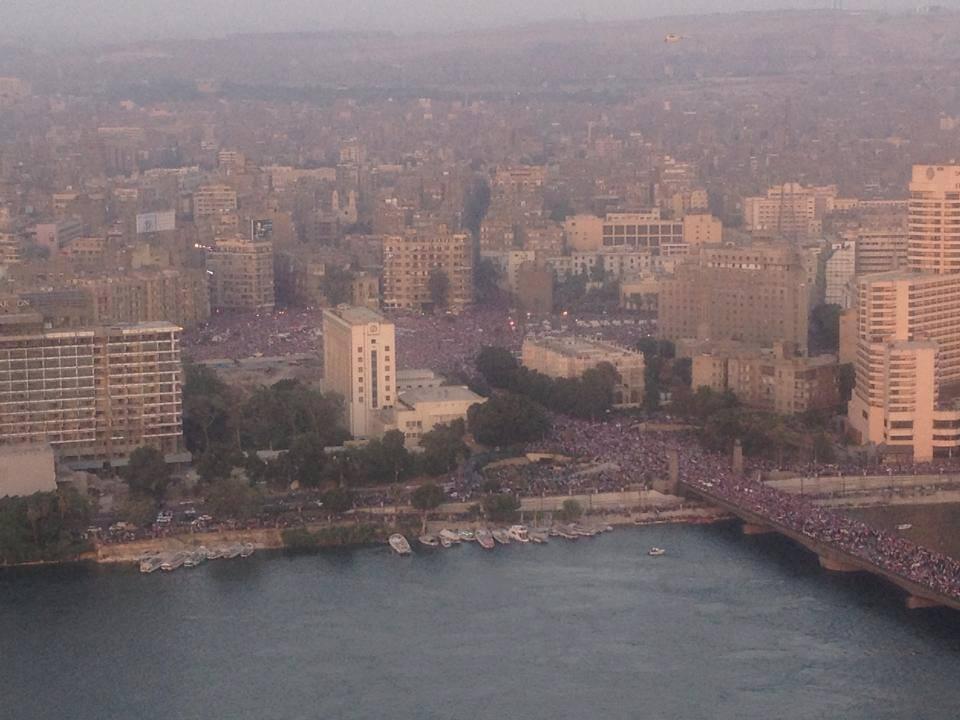 Photo sensationnelle des rues du Caire qui sont complètement remplies de manifestant·e·s: